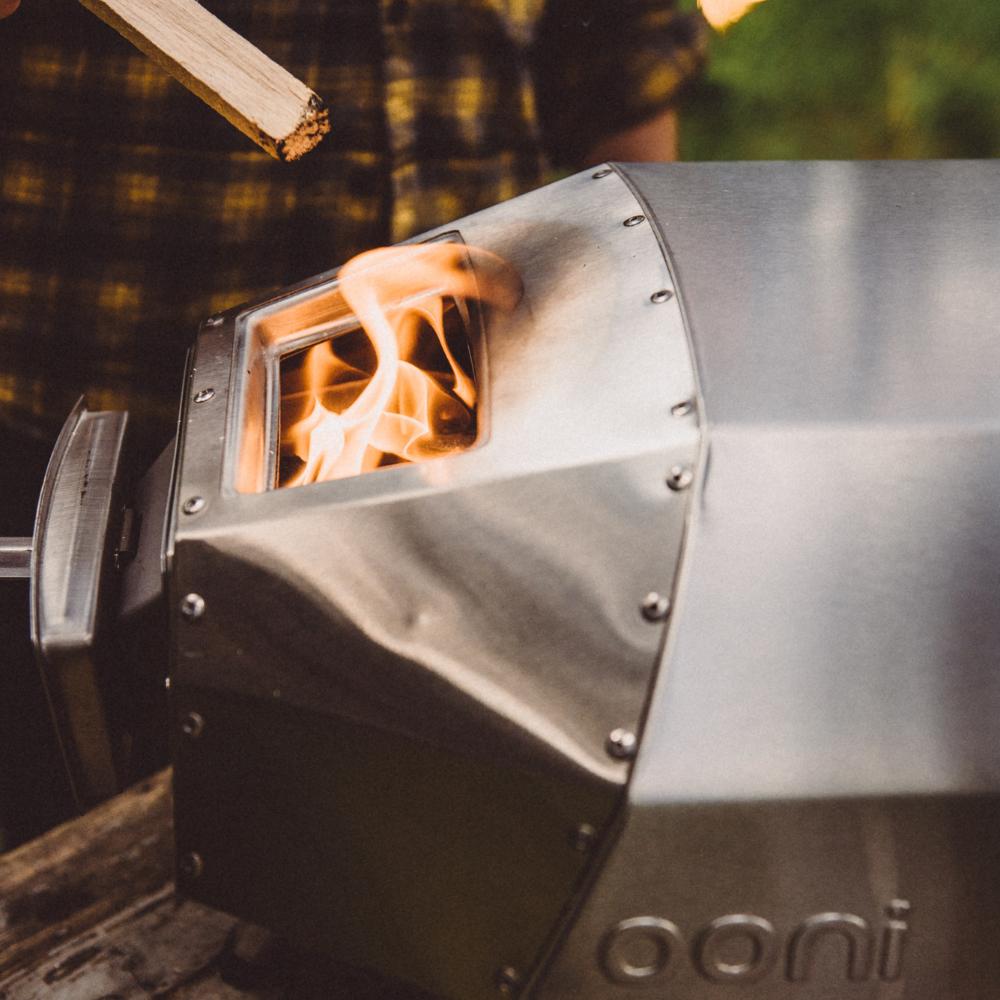 Fuego saliendo del horno ooni karu