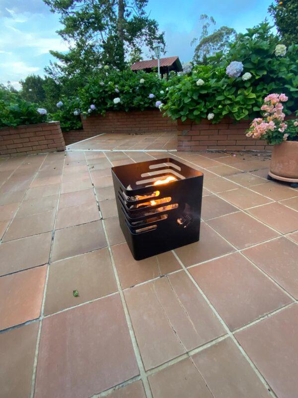 cesta de fuego o fogata controlada en el patio