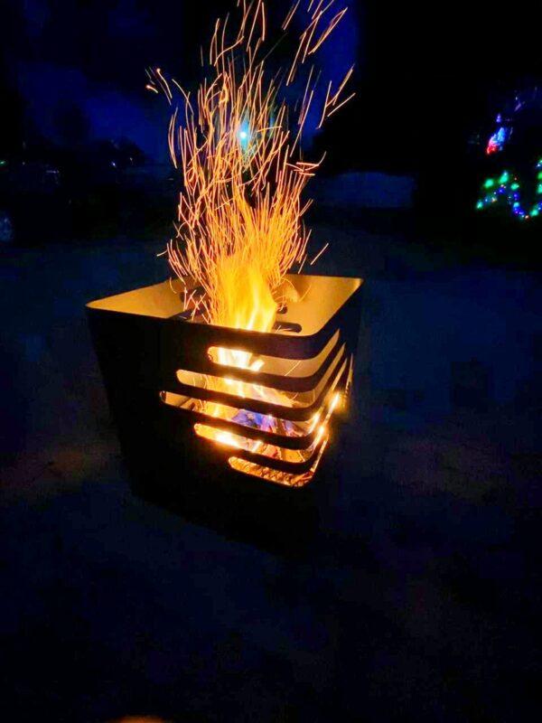 cesta de fuego en la mitad del patio en la noche