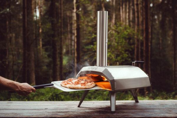 ooni Karu en el bosque con una pizza lista