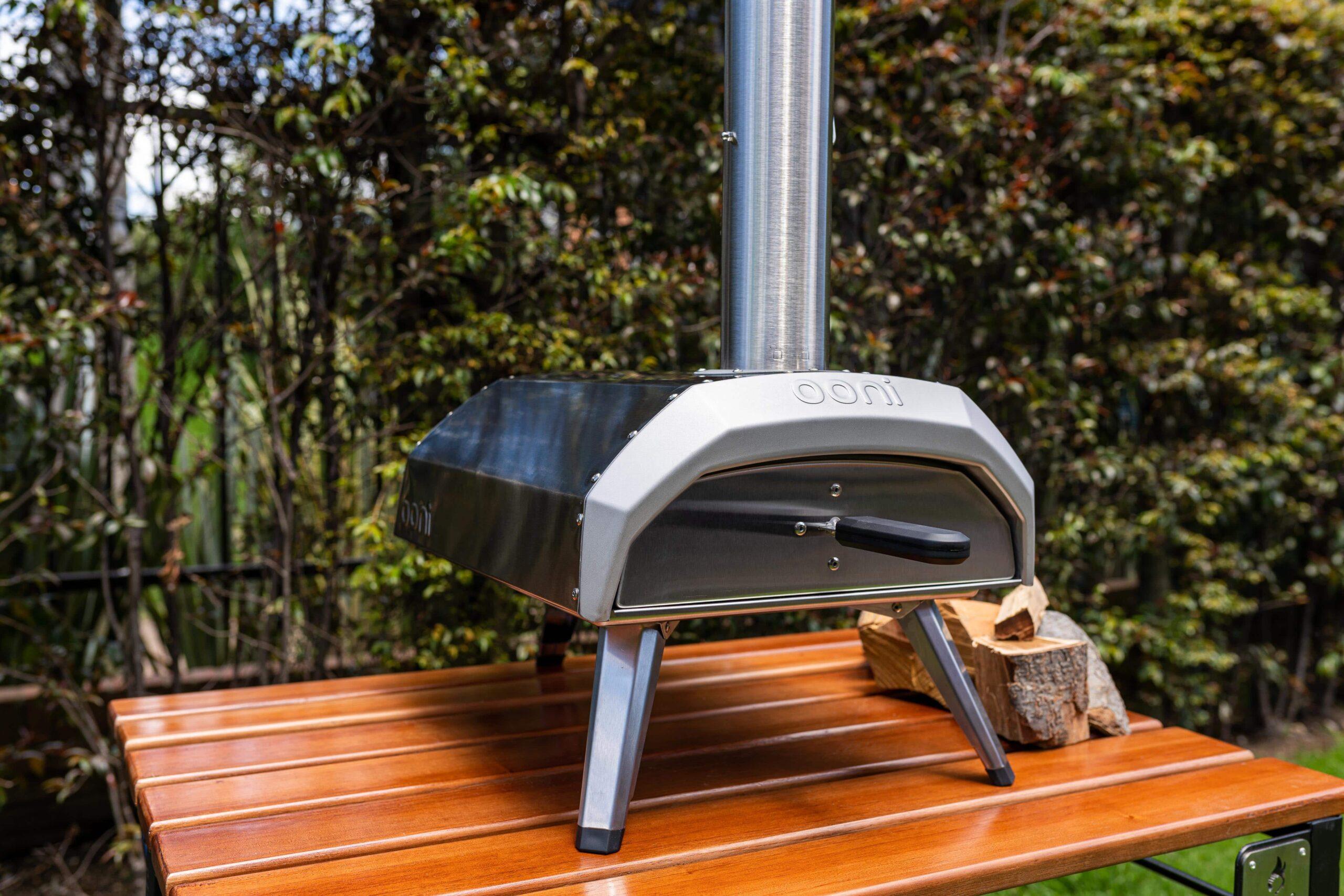 horno ooni karu encima de una mesa